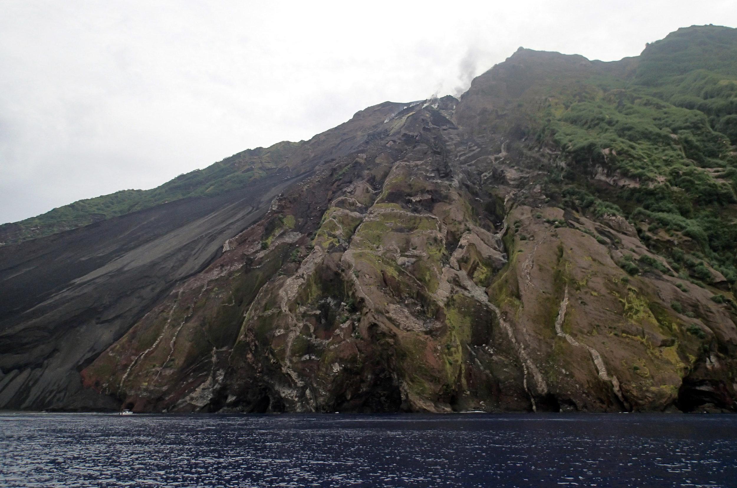 Tinakula volcano.jpg