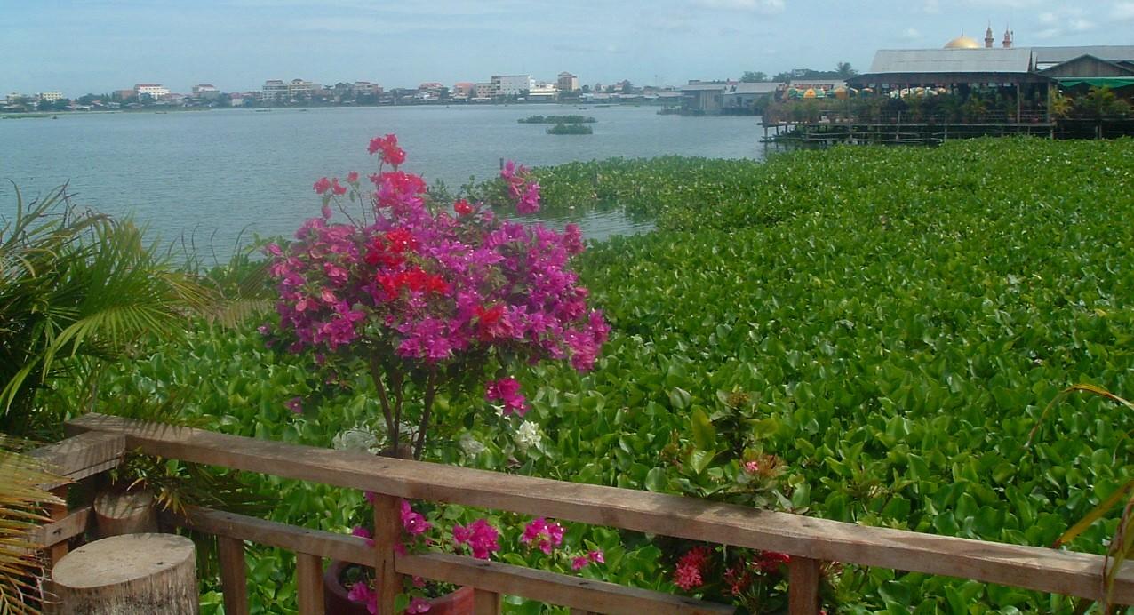 phnom penh lakeside.JPG