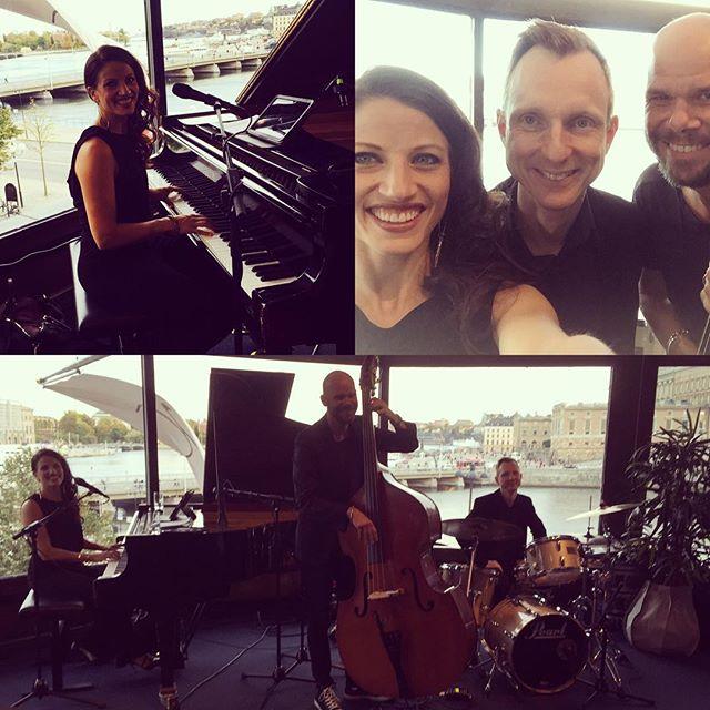 Underbart att få spela med Magnus och Magnus idag - bossa/mingelgig på operaterassen 🎹🎤🎶😄#kulpåjobbet #Annalandströmtrio #AL3  #pianist #singer #event
