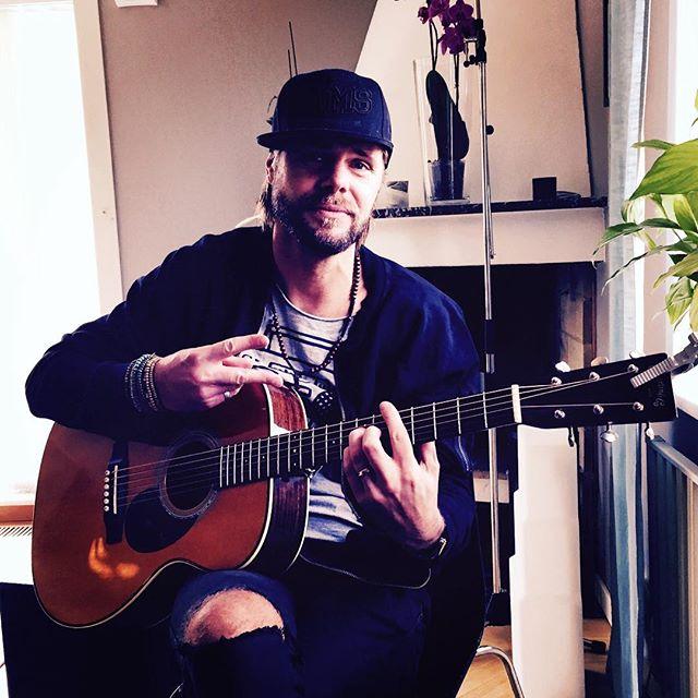 Chris Lindh in da house! Repa, repa, repa 🎸🎹🎤😄 @chrislindh  #gig #glädje #kulpåjobbet
