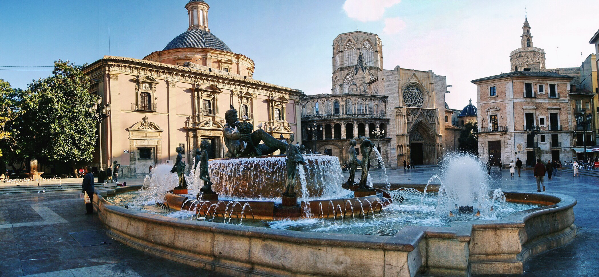Astute Destinations | Valencia | Plaza de la Virgen | Fountain | Luxury Travel | Jet Sharper
