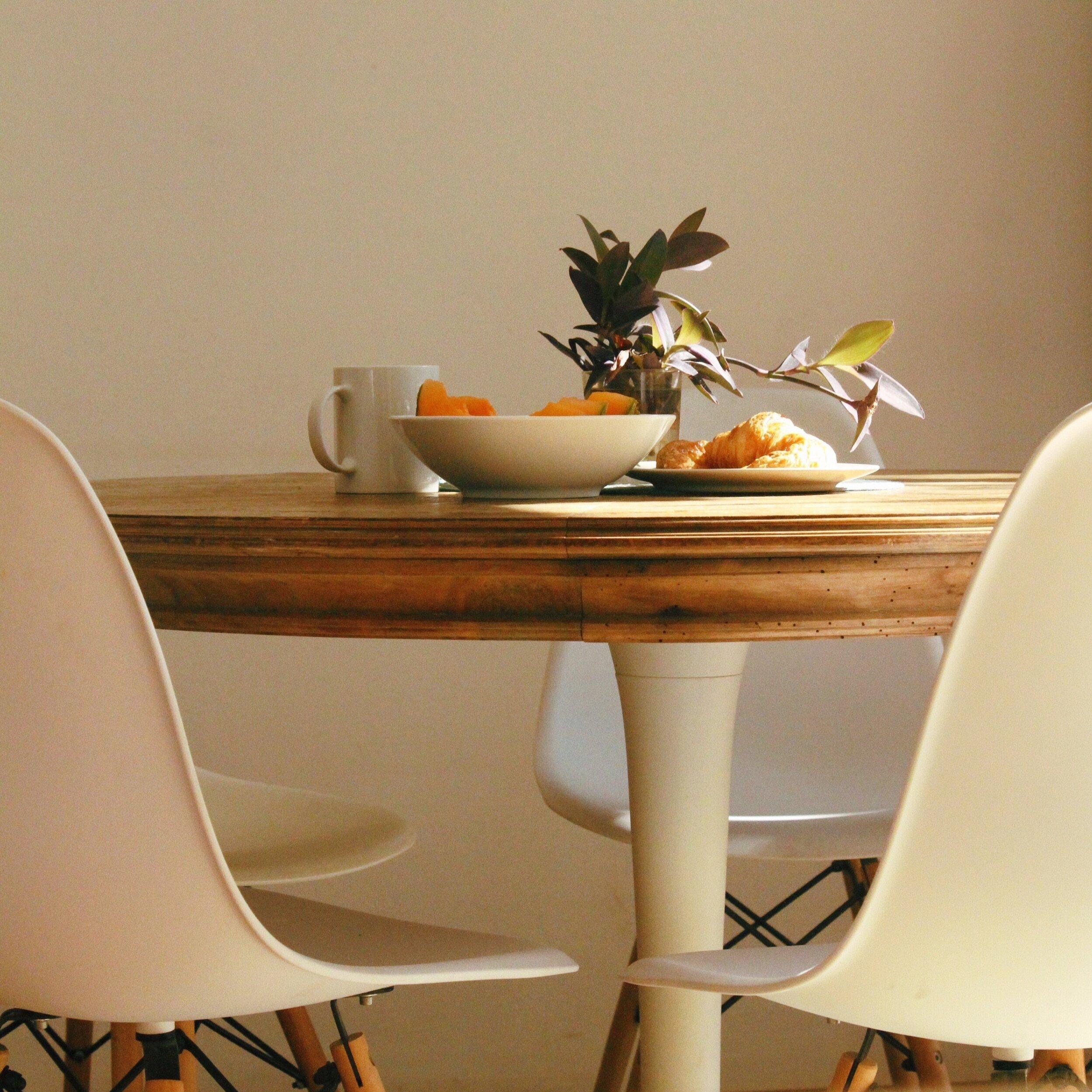 chairs-coffee-dining-table-2930894.jpg