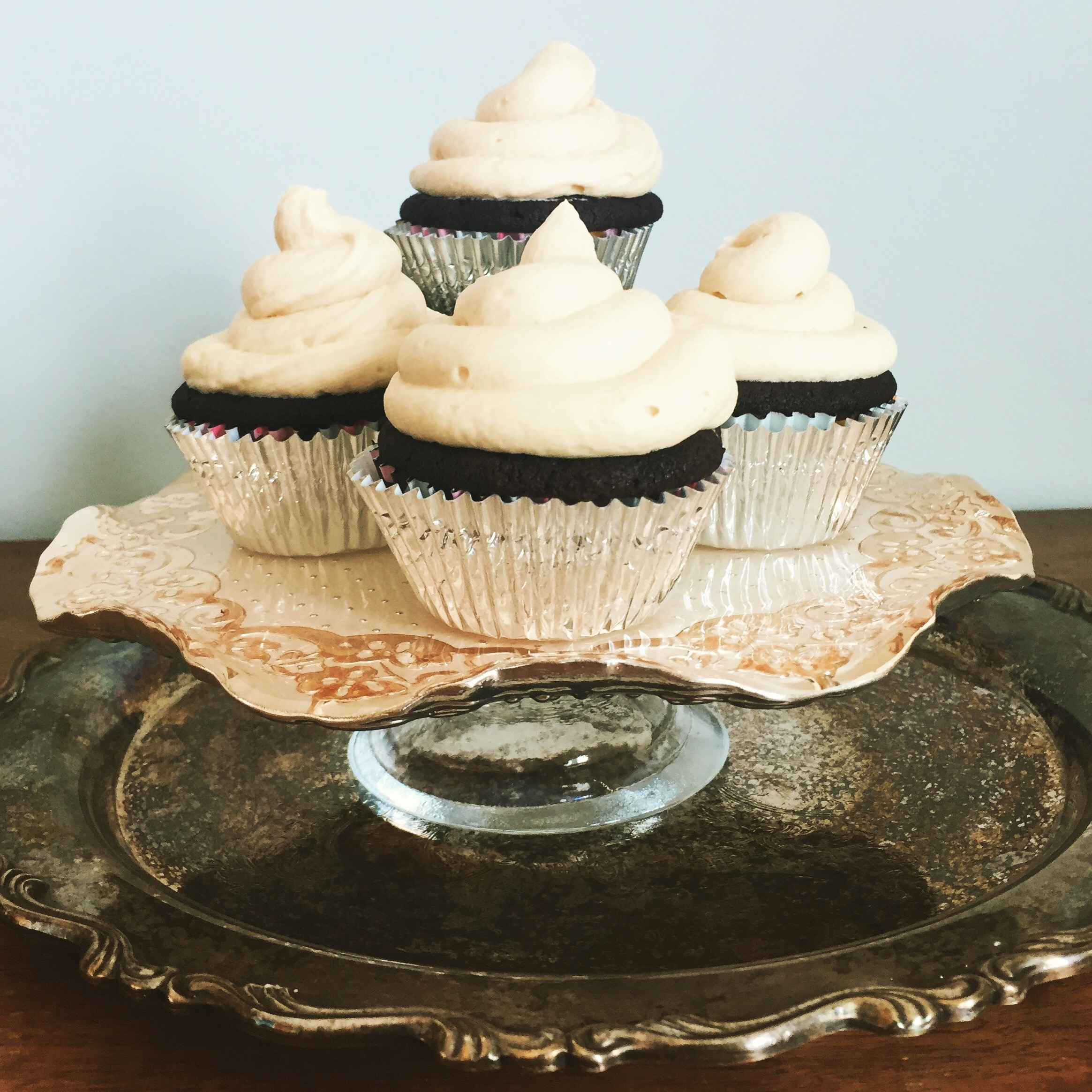 chocolate cupcakes w/vanilla buttercream frosting