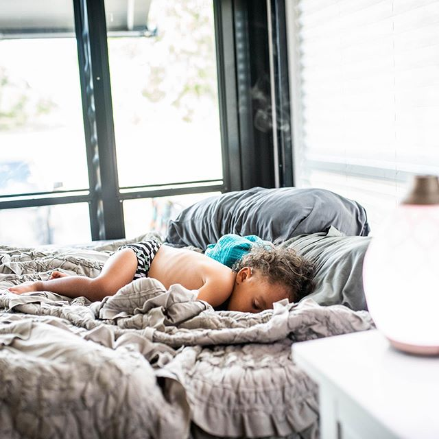 S U N D A Y NAP vibessss for life ✌️. I've legit wondered how people take photos of their kids napping in broad daylight... I'm here to tell you there is NO insta secret — some kids just do it, some don't. 🤷🏻♀️ PS. check out my stories for today's naptime diffuser blend.