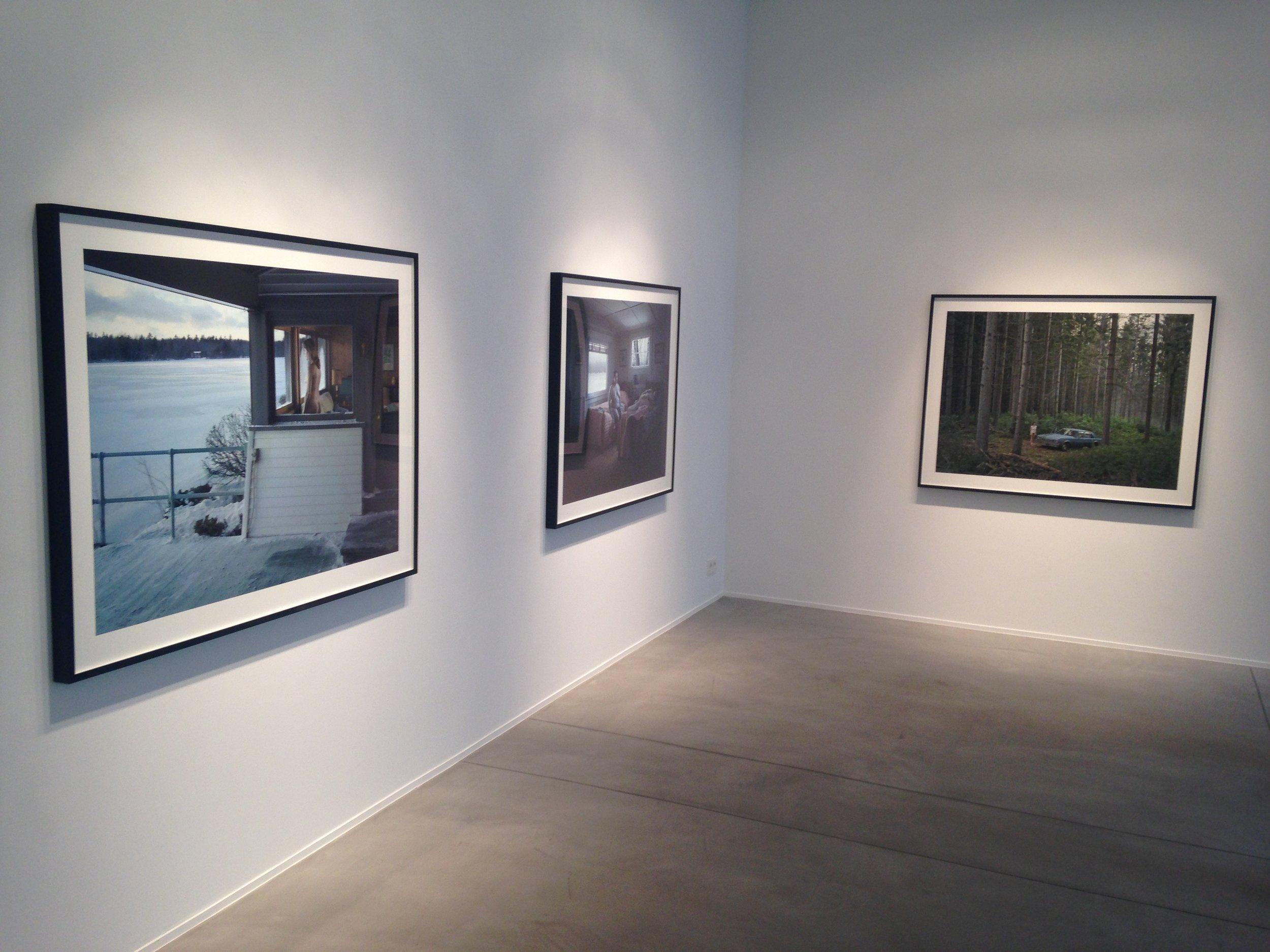 """Vue de l'installation de """"The Cathedral of the Pines"""" de Gregory Crewdson, Galerie Daniel Templon, 13A Rue Veydt, Bruxelles."""