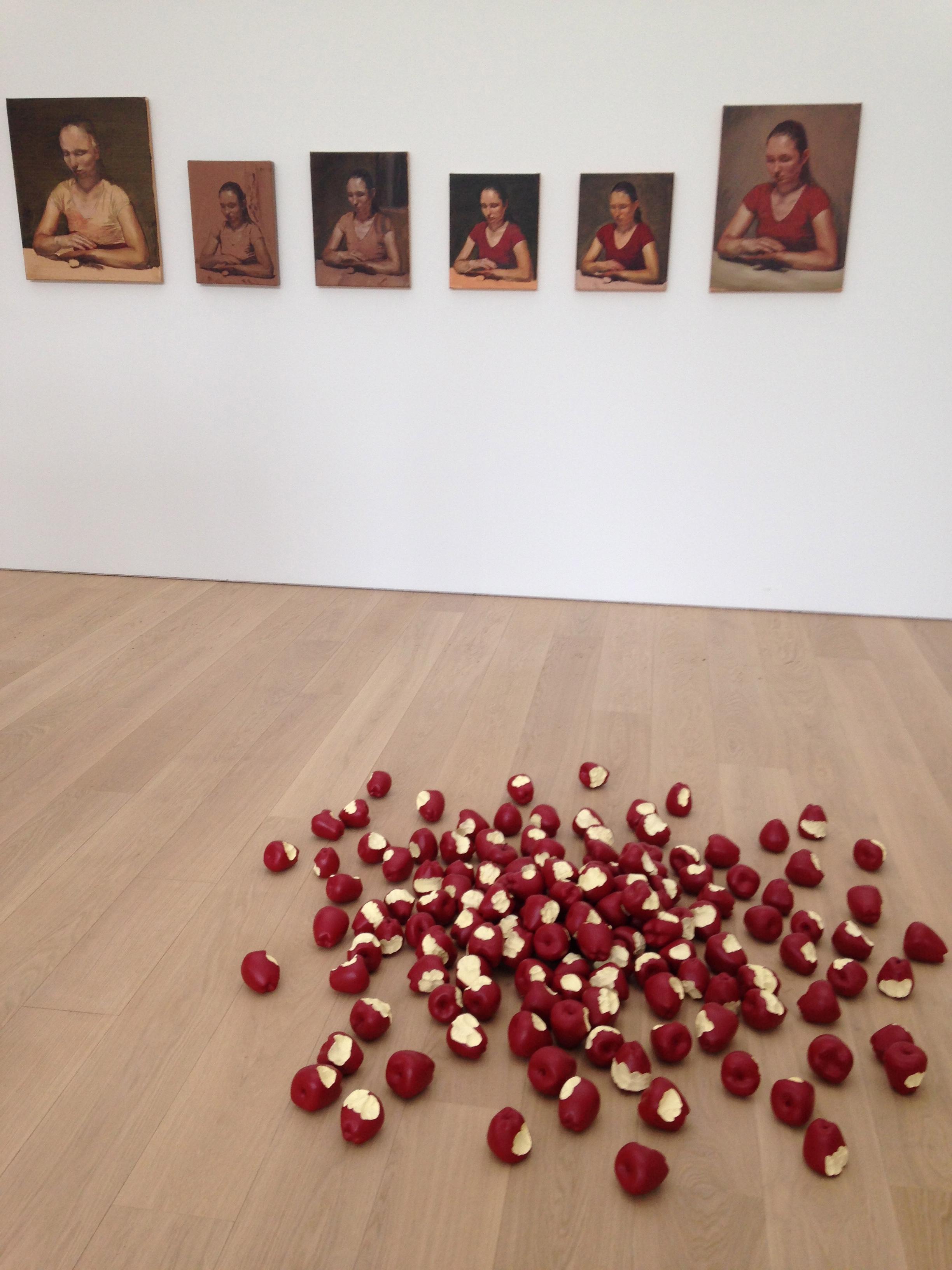 Michaël Borremans  The egg  (2007-2010) et Tom Friedman  untitled (apples)  (2012)