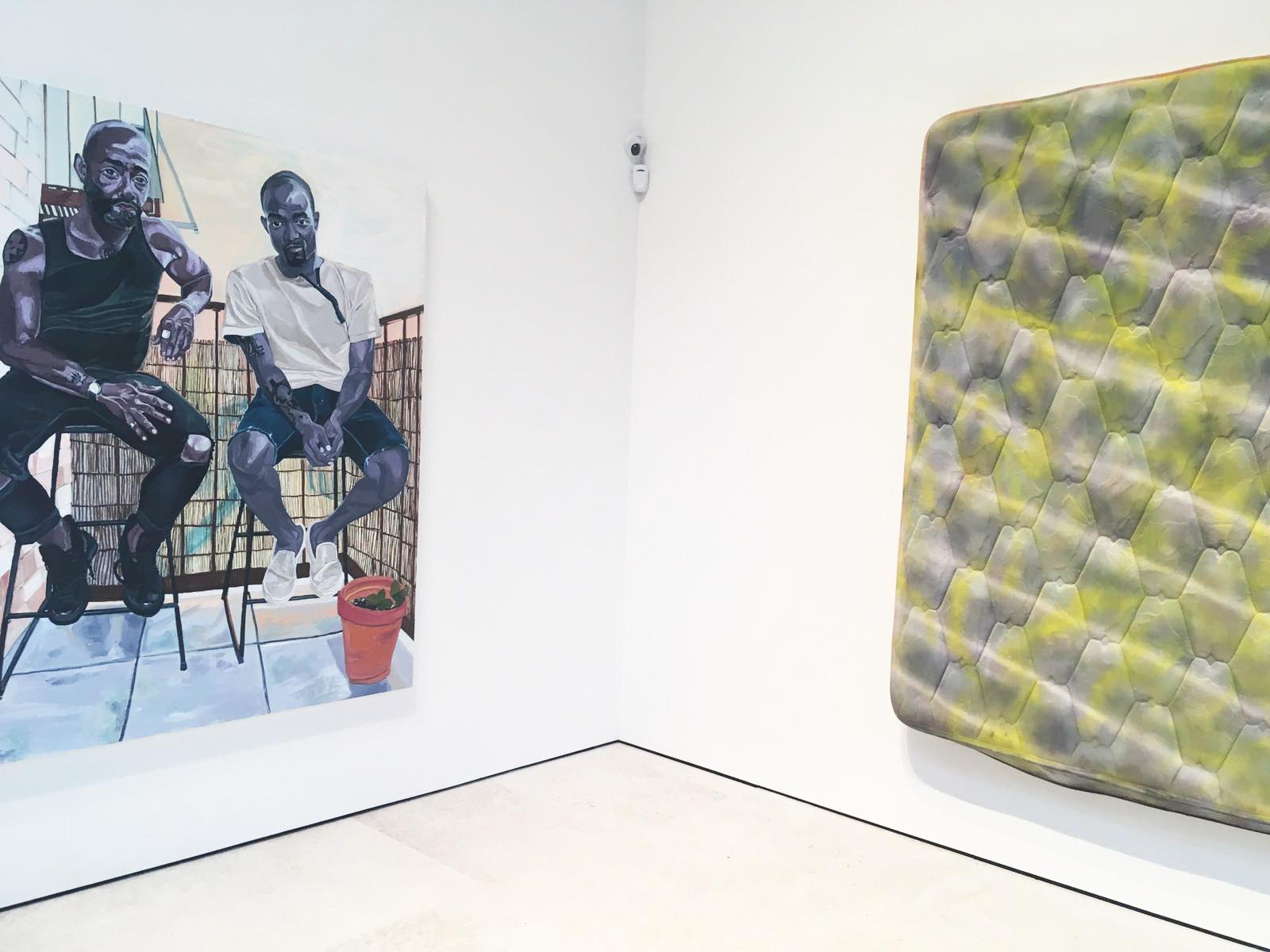 Man Alive , Galerie Maruani Mercier, vue partielle de l'exposition, oeuvres de Jordan Casteel (à gauche) et de Kaari Upson (à droite)