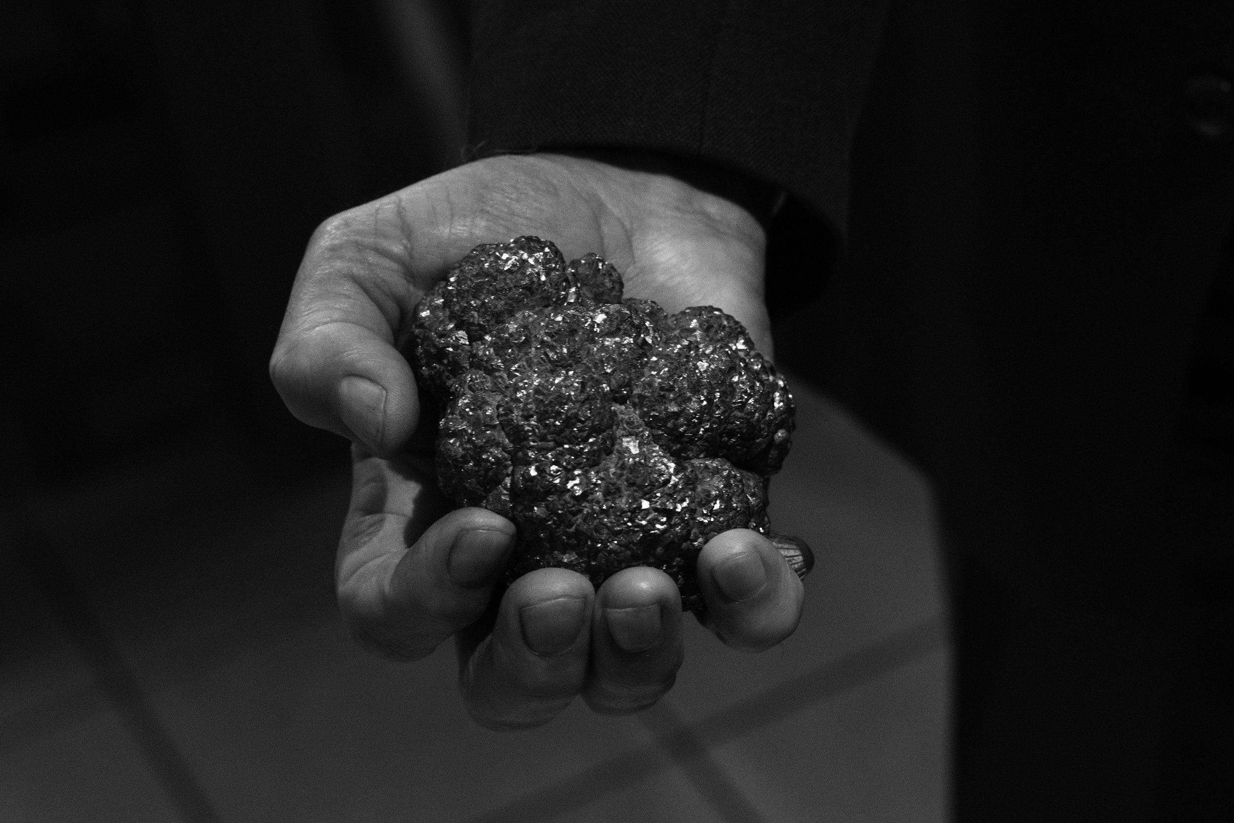 LaToya Ruby Frazier, Un morceau de pyrite dans la main d'Ali, Hensies, Borinage, 13 décembre 2016, de la série Et des terrils un arbre s'élèvera, 2016-2017 © Collection MAC's.
