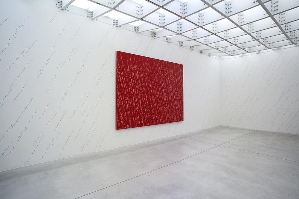Jorge Méndez Blake (vue d'exposition)  Il pleut fort , 2017 Acrylic on linen 240 x 320 cm et  It's Raining (An Anthology) , 2017 Vinyl, Dimensions variables