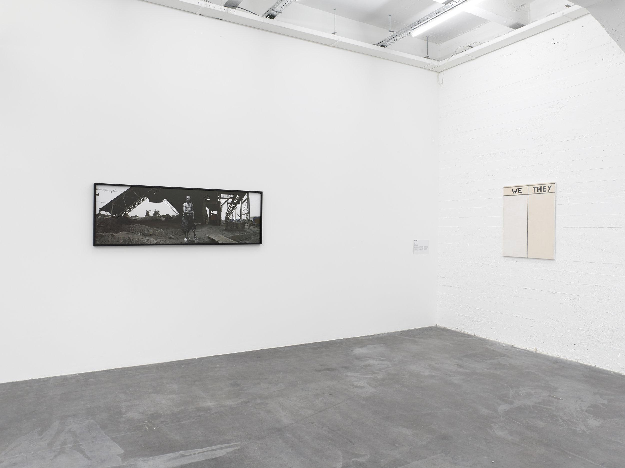 Sammy Baloji,  Untitled  part of the series  Memoire , 2006 et Walter Swenen,  We/They , 2013.  Le Musée Absent,  WIELS, vue d'exposition. © Kristien Daem