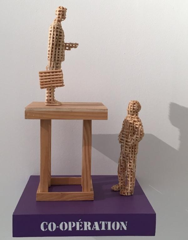 Aimé Mpane,  What's peace? , détail, 2015. Sculptures, acrylique, techniques mixtes, dimensions variables.  J'ai oublié de rêver , MiLL - Musée Ianchelevici, vue d'exposition.