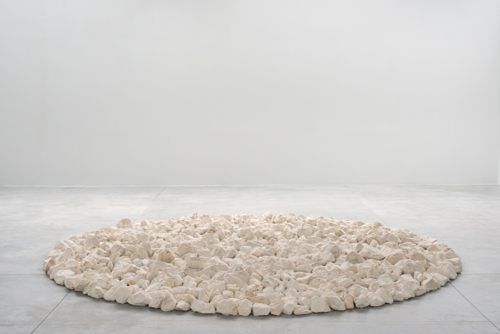 Richard Long, Along the Way, 2018, Flint stones, courtesy l'artiste et Fondation CAB