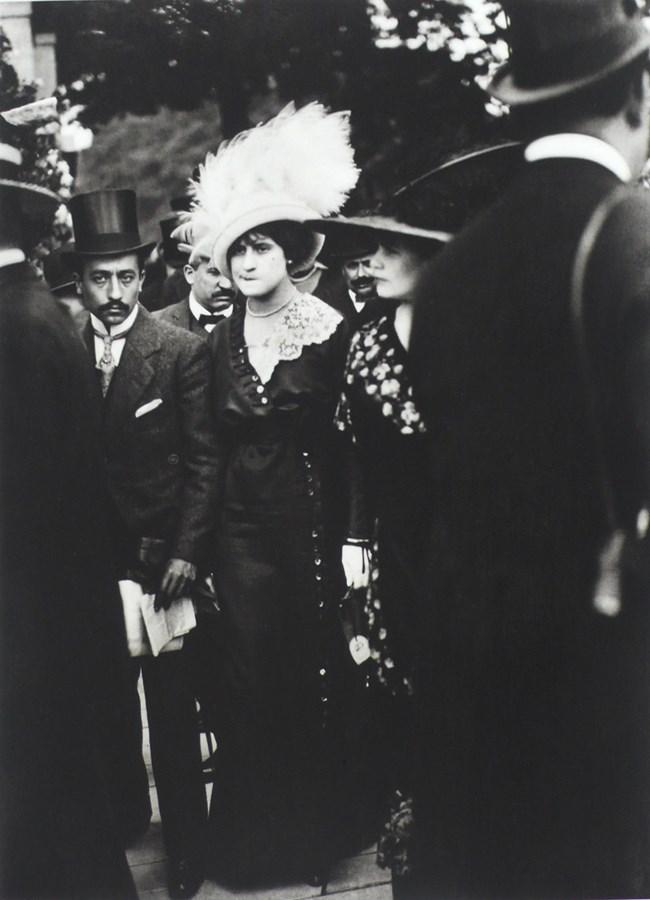 Le jour des drags aux courses à Auteuil, Paris, Juin 1911.jpg