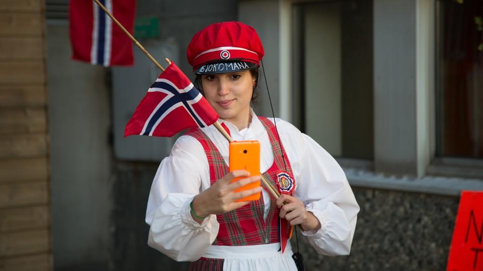 """Se episode 3 i """"Norsk på 33 dager"""". Vi feirer 17.mai og MGP"""