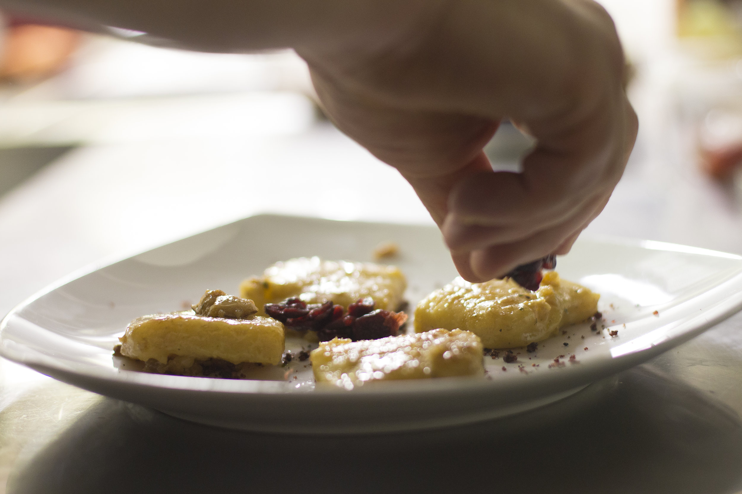 Ritratto chef mentre cucina