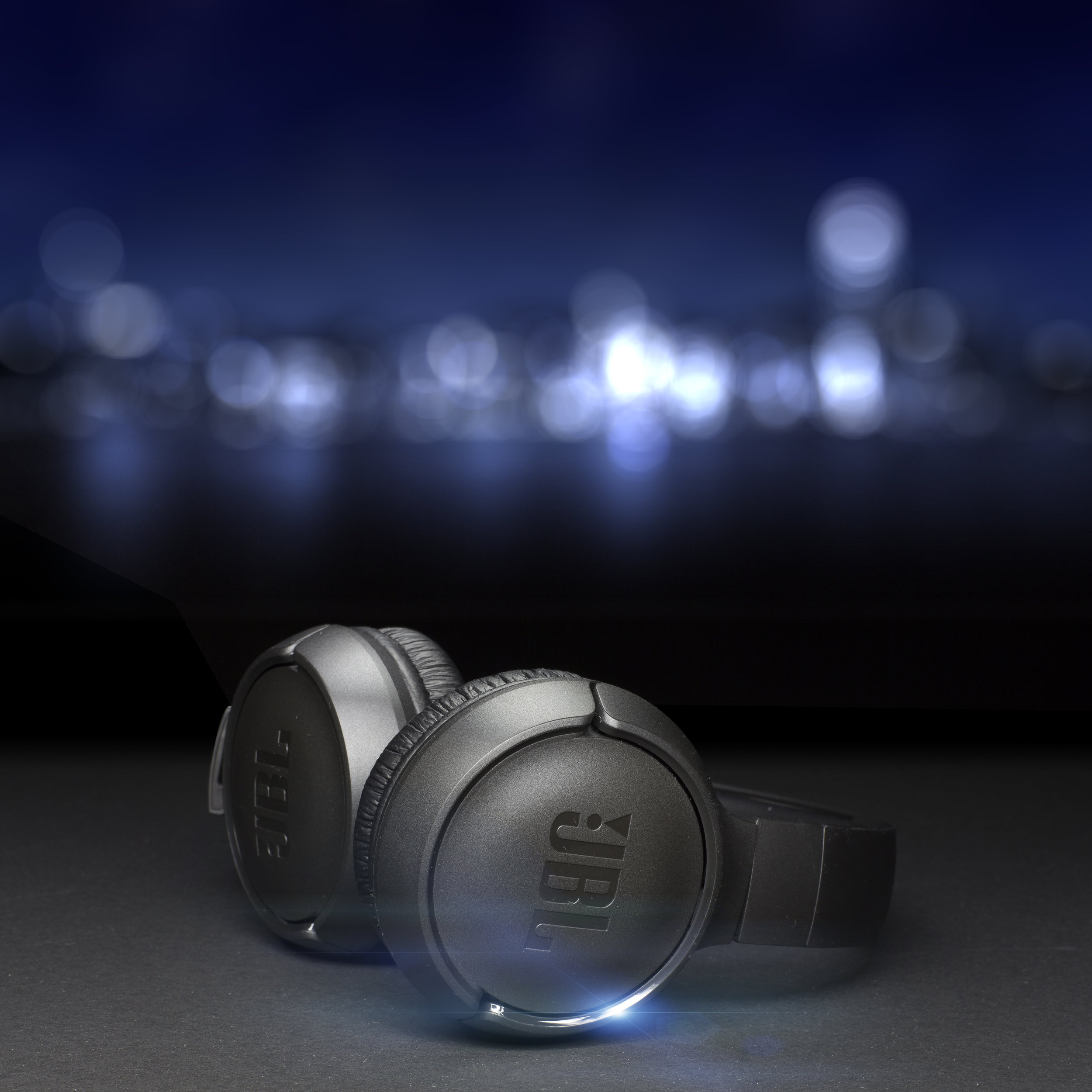 foto still life advertising in sala posa con jbl headphones