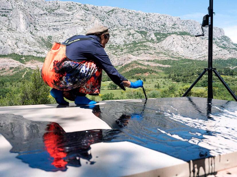Photo: Philippe Chancel from Musée Granet website - Febienne Verdier sur le motif - Montagne Sainte-Victoire, 2018