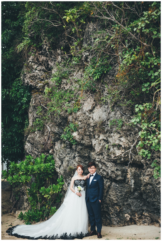 沖繩是珊瑚礁地形所以岸邊可以看見這種壯觀的岩壁,覆上枝葉的點綴稍稍磨去了岩壁的粗曠。