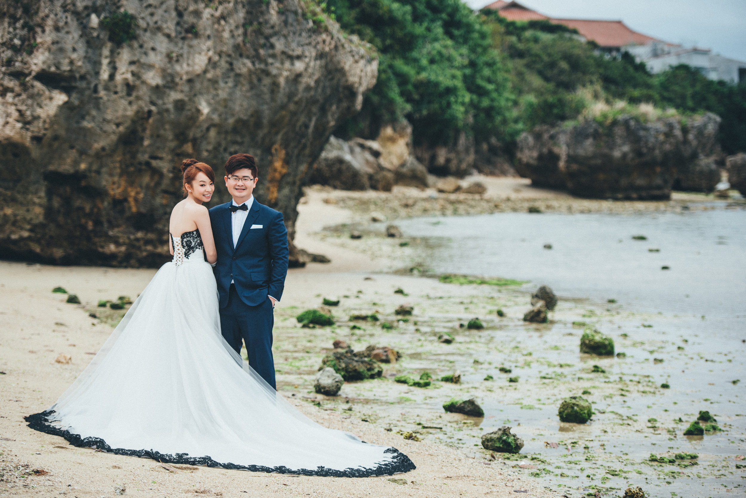 沖繩的新園海灘各種被沖刷的碎石夾帶著海草休息在沙灘上,也增加了畫面的趣味性。