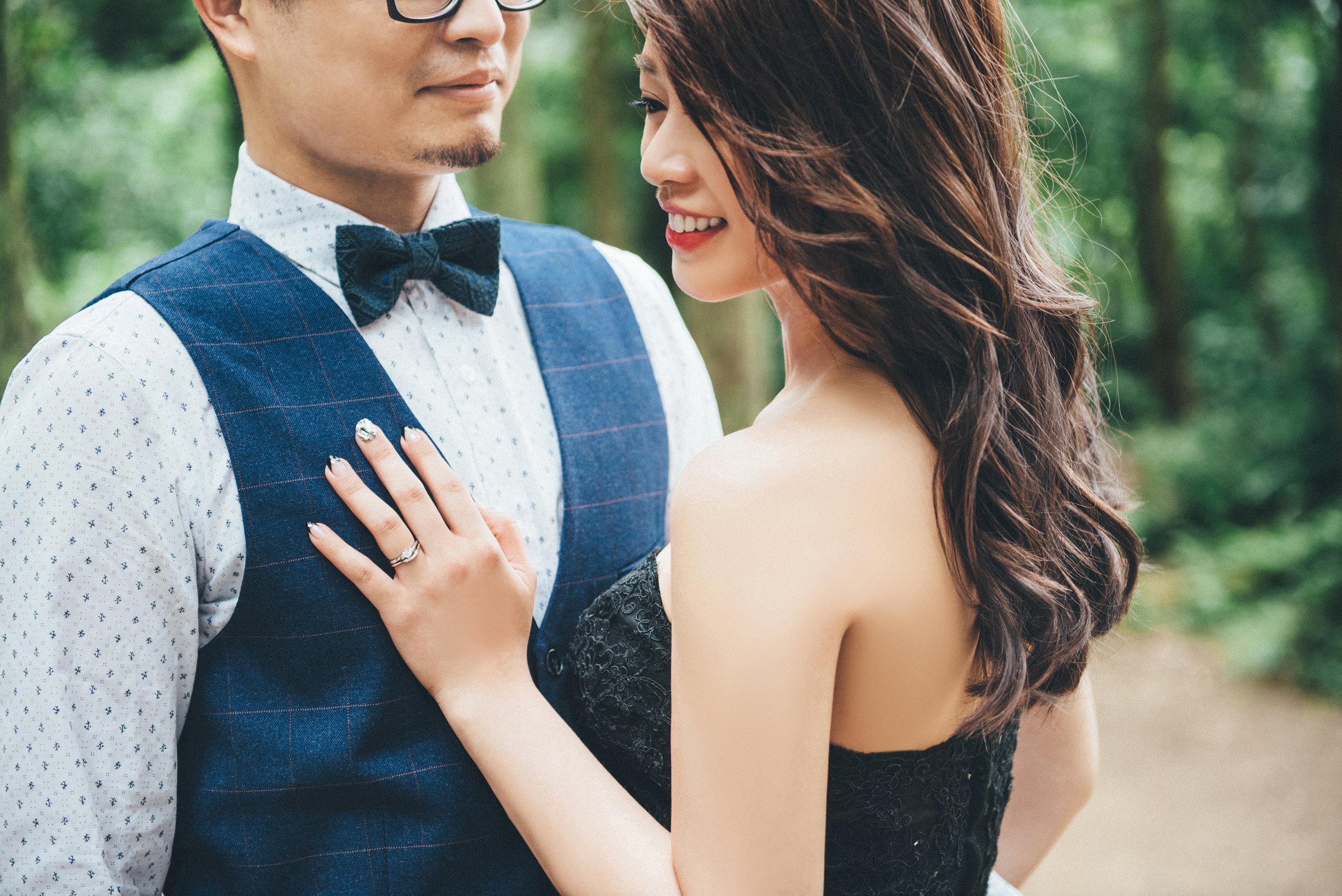 像睿雅這樣有戴婚戒來拍攝的新人,我們也會特別給它特寫或是拍戒指獨照! 另外新娘們可以依照挑選的禮服來做適合的指甲保養喔~ 最常見經典氣質的法式指甲、溫柔的粉嫩色系光療或者只是修剪整齊的素甲其實都很好, 又或者像睿雅一樣,搭配禮服的顏色挑選的點綴花色也很畫龍點睛呢。