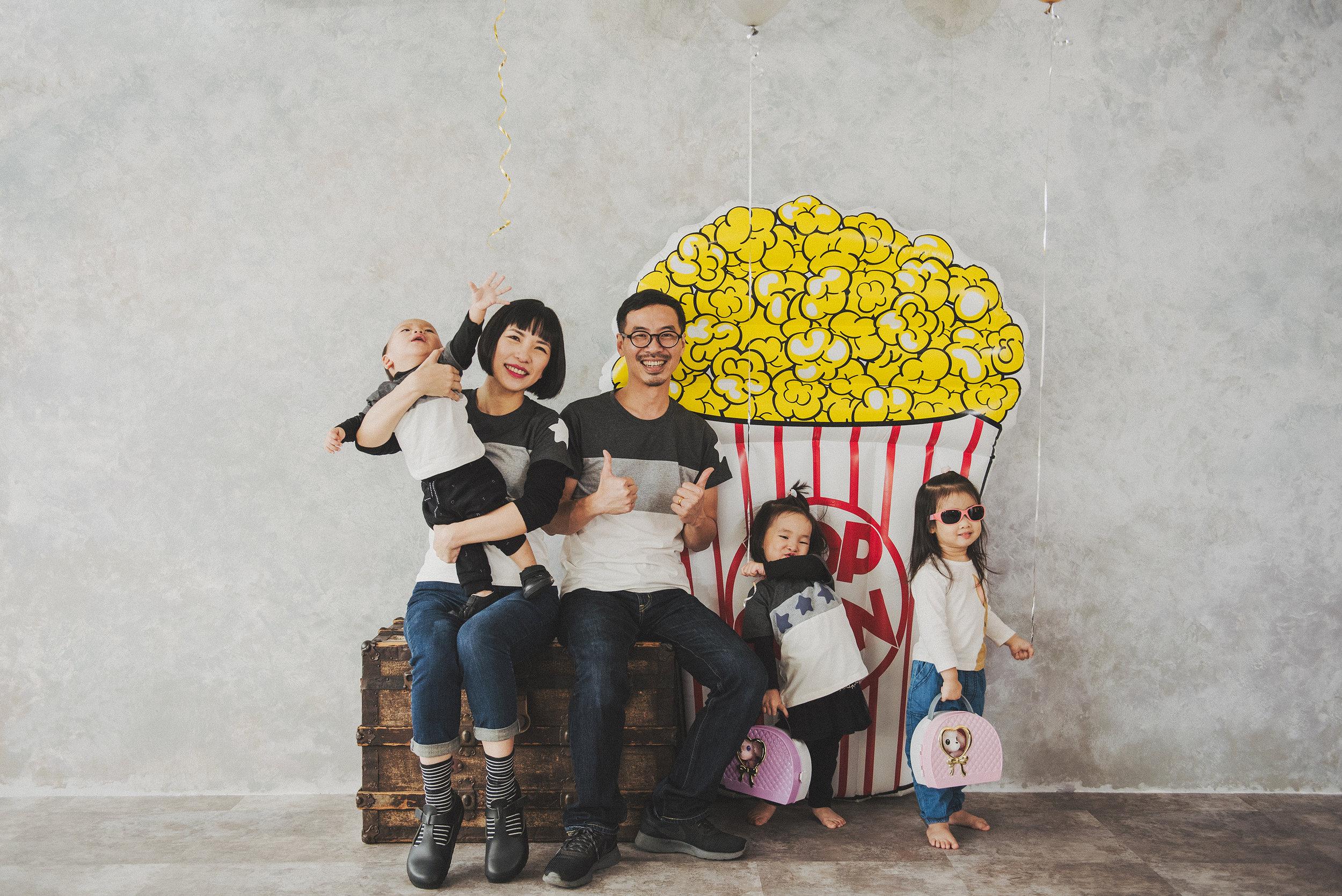 氣球的好處是可以誘惑小孩抓著拍照(目的只是為了定位?),就算是為了抓氣球而亂動的姿勢也是別有一翻趣味。