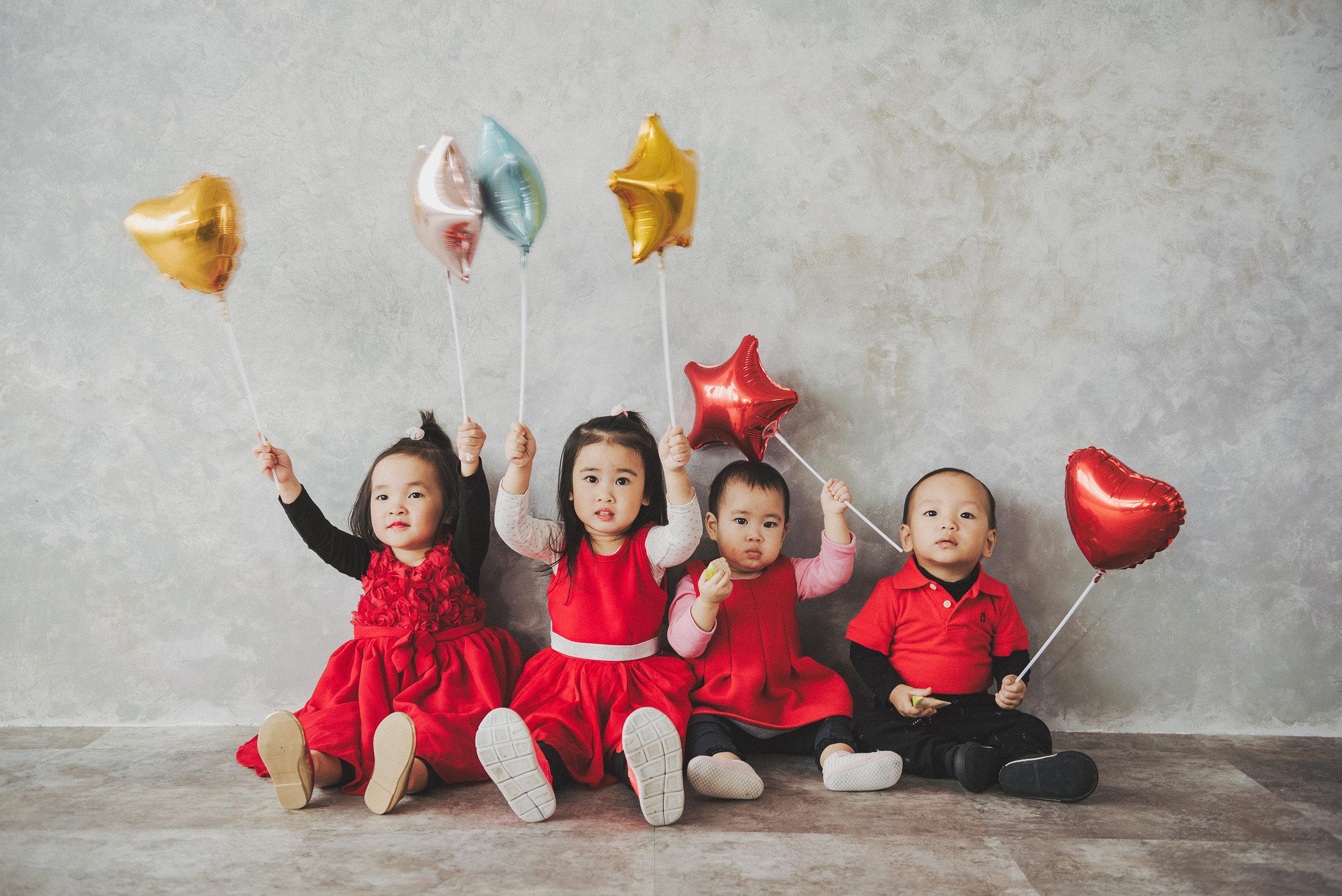 看看~ 利用小氣球讓屁股像蟲的小孩們排排坐,根本是魔法般的存在!!(但很短暫,是攝影師快門按很快哈哈)