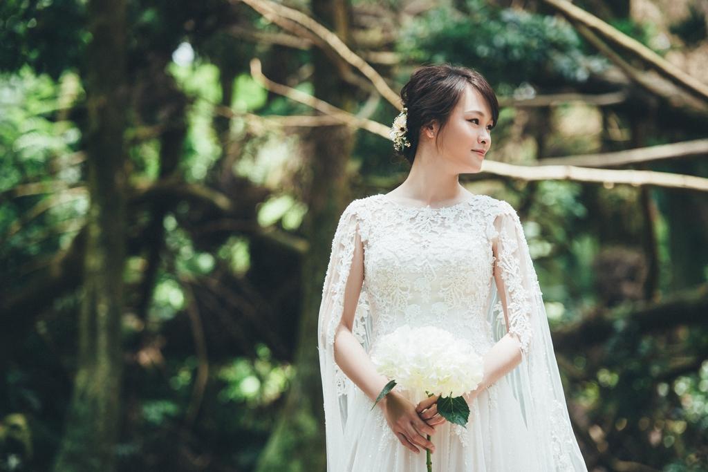 白紗和披肩的蕾絲細節搭配白色繡球捧花造型,在深色的大自然背景下襯托得更加典雅純潔。