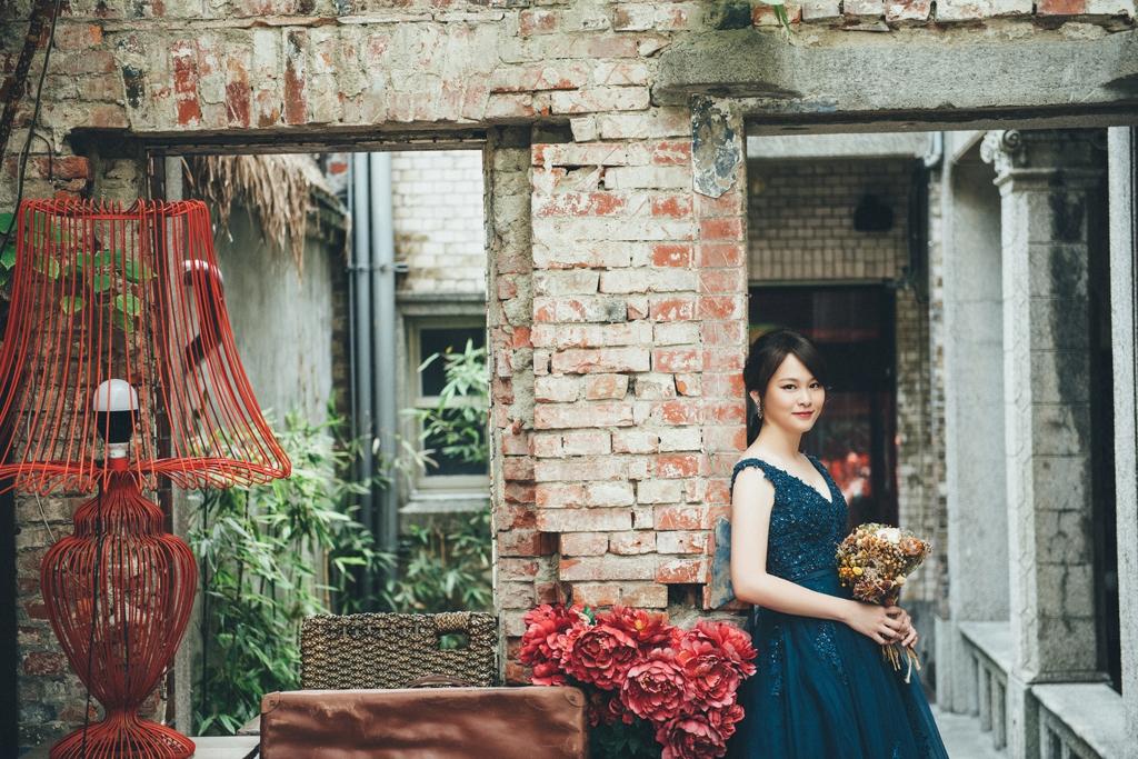 Ann的藏藍色晚禮服,在紅色基調的場景裡格外出色,帶著點陳舊與現代的衝突時尚感。