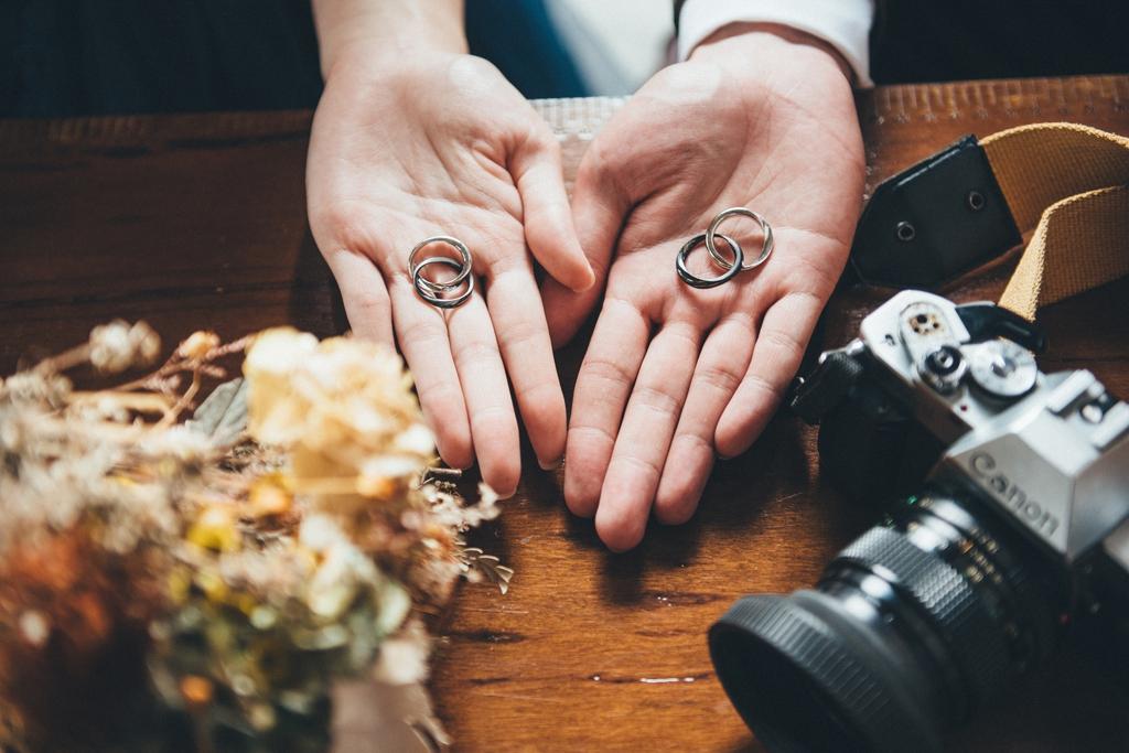 通常這種大特寫的情境照較適合於室內拍攝,不然情急之下在外移動時弄丟戒指可不好了!