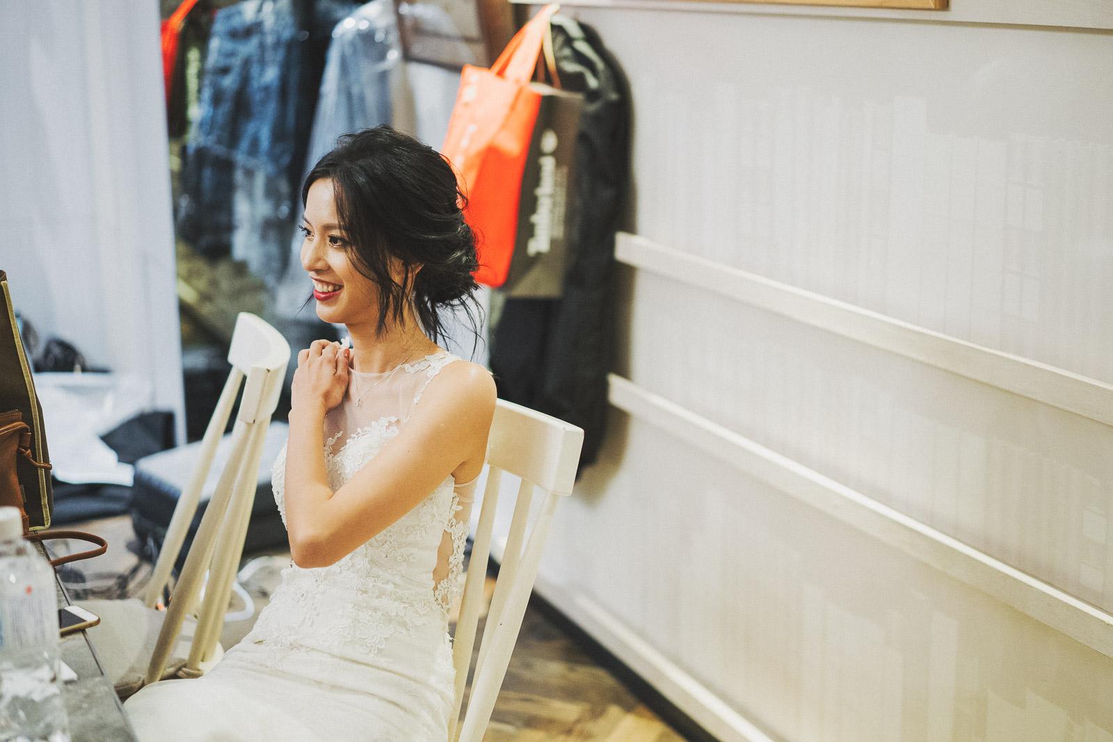 當天的慧明穿著一席合身輕便的白紗,沒有忙著在新娘房梳妝,而是很放鬆的享受這場婚禮並沈浸在祝福之中。