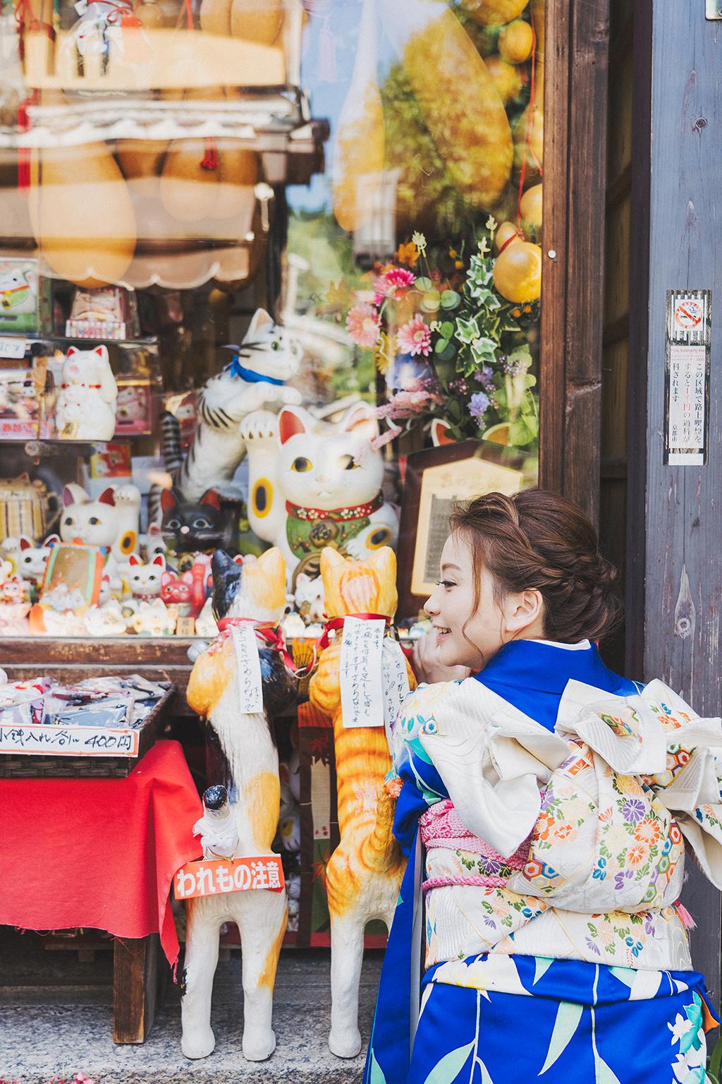這是一間賣著各式各樣招財貓咪的店,身為貓奴的Monica馬上就定位等著攝影師按快門。