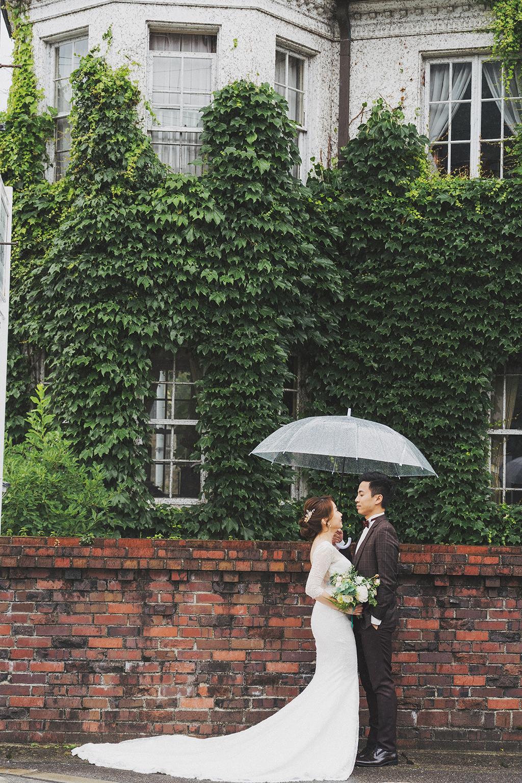 這天的天氣和前一天完全相反,下著綿綿的細雨,透明傘不只是有用途也替陰雨增添了浪漫的氛圍。 真的覺得Monica這身魚尾白紗在Gaspel的優雅氛圍好搭。