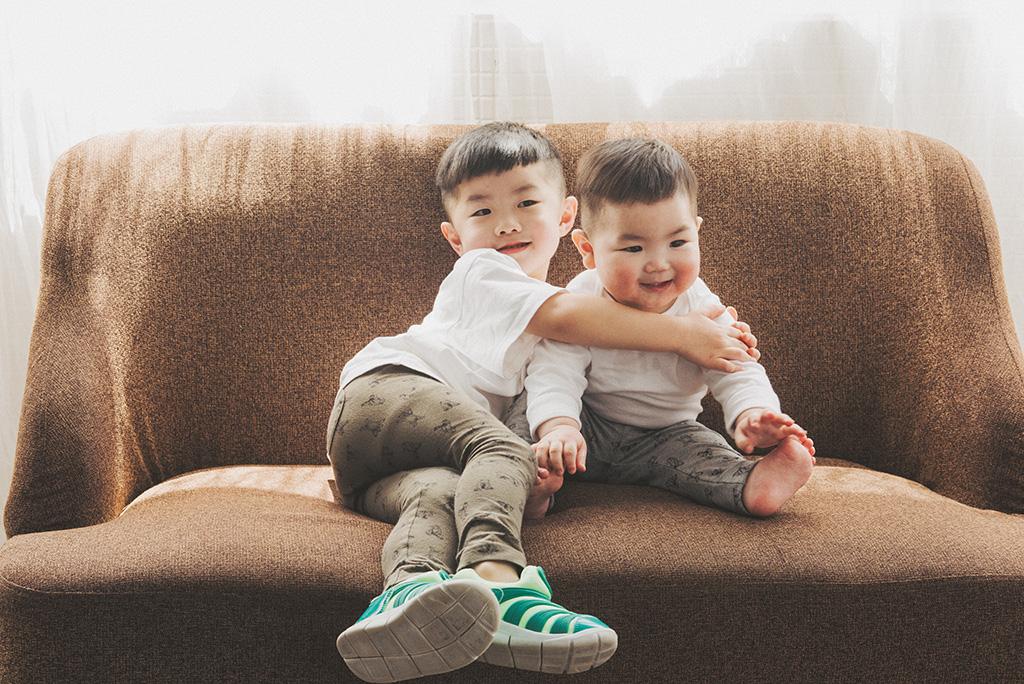 兄弟情深的照片算是中高難度系列,請家長們務必平時就訓練好孩子們會互相抱抱的技能!看哥哥那麼從容地摟著弟弟,想必平時在家裡一定也是相親相愛的啦~