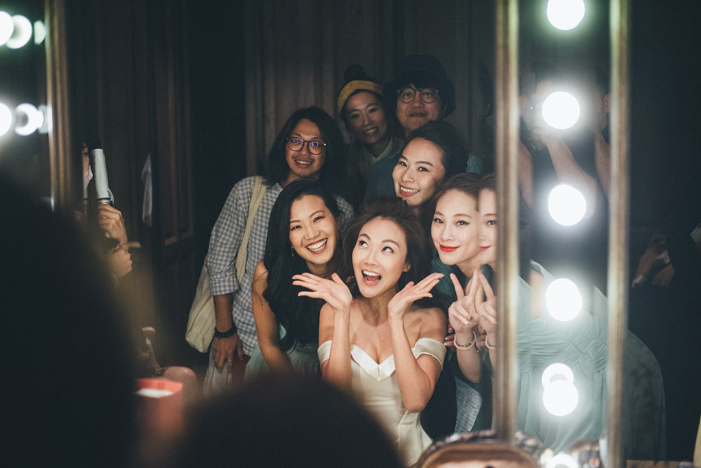 當場外大家忙著招待賓客人仰馬翻的時候,新娘房也不遑多讓,一組又一組的姐妹們都想直接當面祝賀Mia。