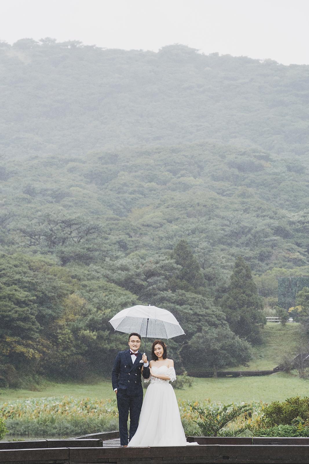 仔細端看畫面可以發現點點雨絲,是大自然加上的質感。