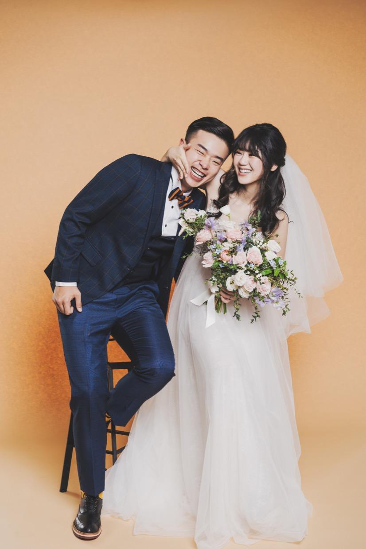 兩人散發著活潑明亮的性格,攝影師直接判斷使用明亮的淺橘背景比較適合!青春活力的效果十分顯著!