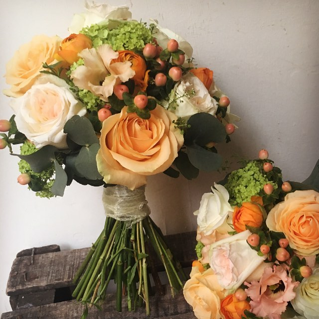 Pretty peaches and creams for last weekend's wedding #peachandcream #wedding #flowers #peachavalanche #ohararoses #gardenrose#viburnum #hypericumberries #ranunculus #corkcity #florist