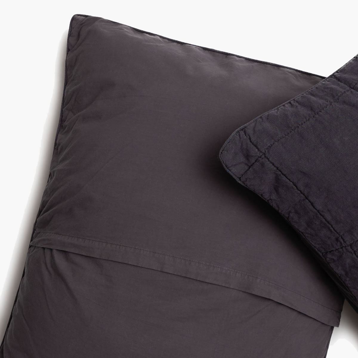 With an envelope closure on all Parachute pillows cases and shams, you get a Clean Look. -