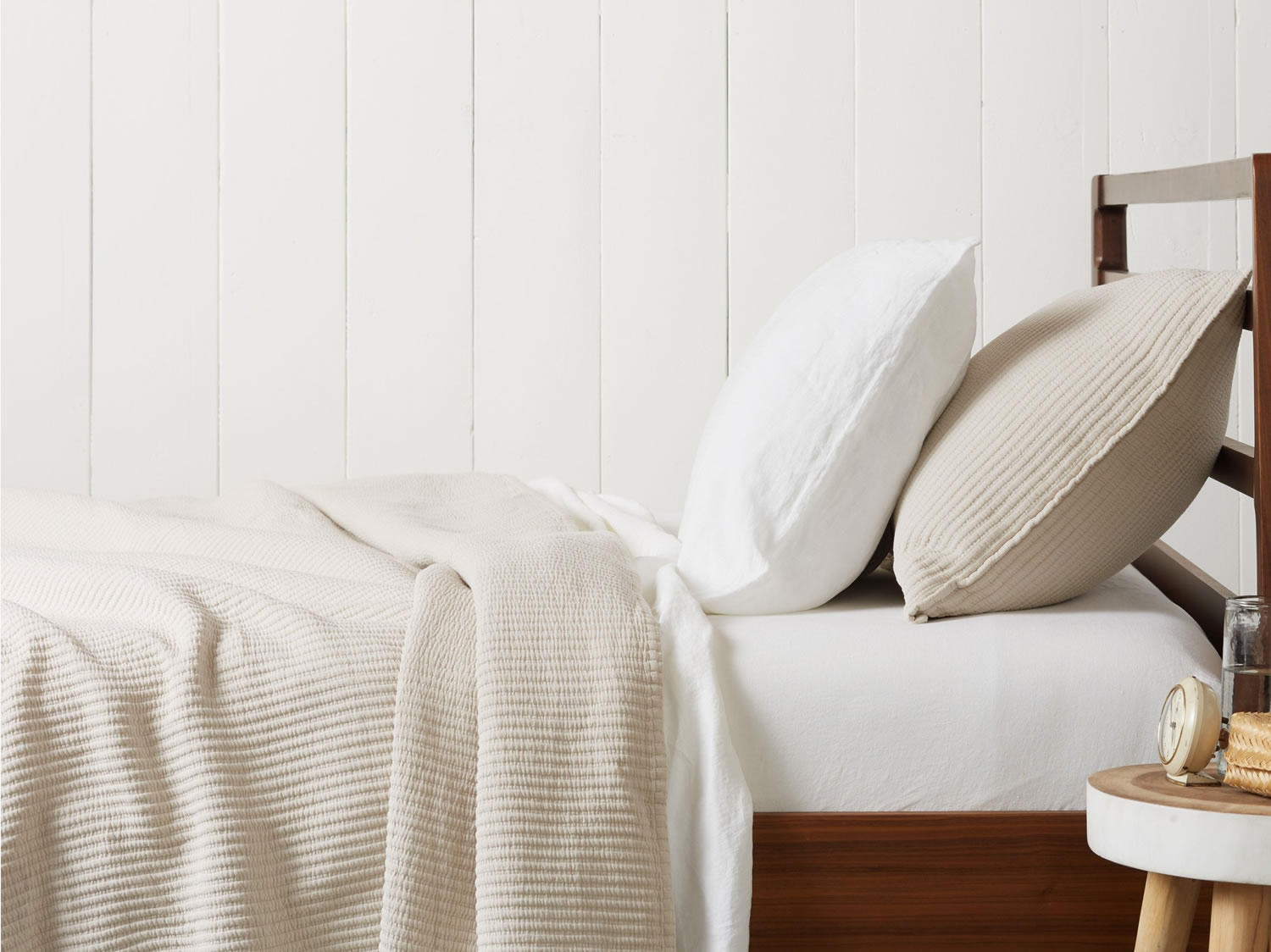 matelassé coverlet  in Dune color mixed with white percale