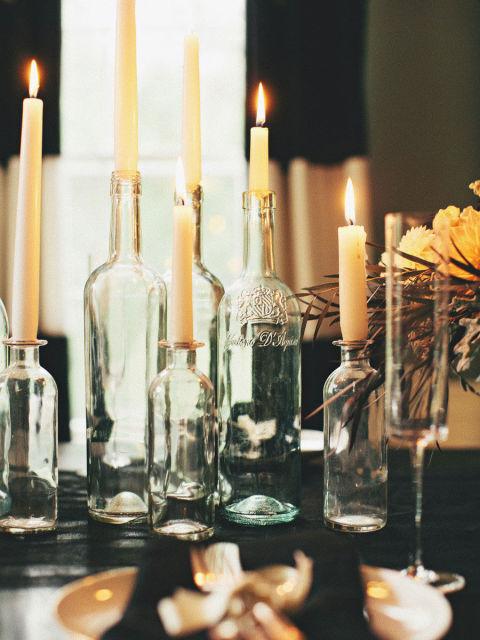 Žaiskite su apšvietimu - nejunkite centrinio šviestuvo, geriau sukurkite mistiškumo pridegdami gausybę žvakių