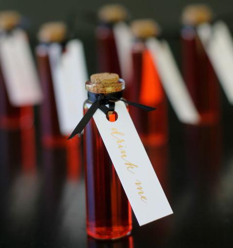 Gėrimams nenaudokite įprastų taurių - pilkite vyną ar martinį į nuodų buteliuką.