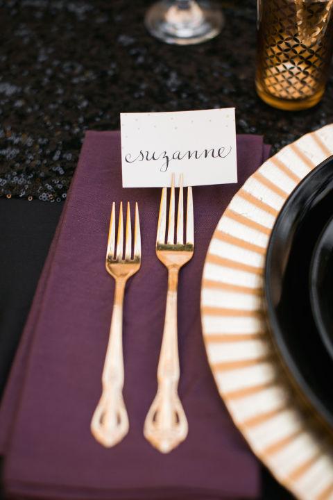 Stalo dekorui puikiai tiks kortelės su kaligrafija