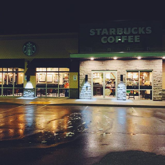 Midnight🌙 cleaning at @starbuckscanada 💎Window Cleaning 💎Pressure Washing 💎Awning Cleaning