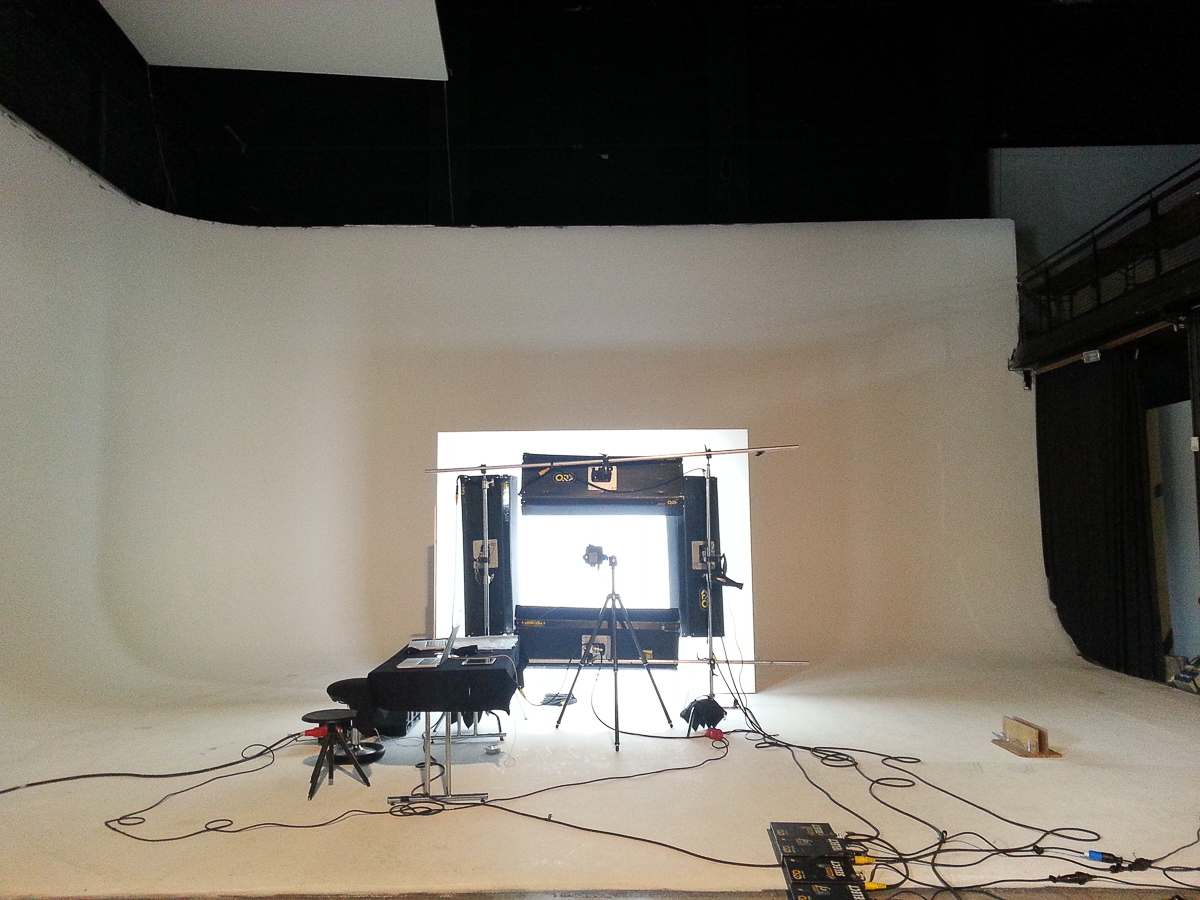 This lighting set-up mimics the light from a ring flash, in fact this is a ringflash, just blown up to jumbo prportions. (Click on the image to see the photos that were made during that particular session.