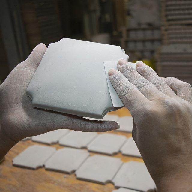 Experience the craft 👐 #handcarved #handcrafted #handpainted #handmade tile  #ceramictile #designlovers #tile #color #stylegram #interior123 #tiletuesday #interiordesign #roominspo #backsplash #walltile #tileart #dreamkitchen #design #tileconcepts #kitchendesign #bathroomdesign