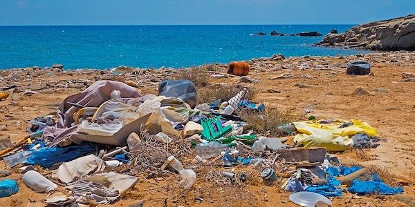 Steeds minder plastic afval naar China - In 2018 was het aandeel van China in de Nederlandse export van recyclebaar plastic afval 2,7 procent. In 2010 ging nog bijna de helft van het plastic afval van bedrijven en huishoudens met een buitenlandse bestemming naar China. Dit meldt het CBS op basis van recent onderzoek naar afvalstromen binnen de internationale handel. Dit zorgt dat wij moeten nadenken over waar het Nederlandse plastic afval in de toekomst heen moet. China (inclusief Hongkong) is vorig jaar een campagne gestart tegen milieubelastend afval en informeerde de World Trade Organization daarover al medio 2017. Dit importverbod betreft 24 afvalsoorten waaronder autobanden, textiel, kunststof en glas. Ook de Chinese import van recyclebaar metaal en papier is tussen 2010 en 2018 met respectievelijk 73 procent en 58 procent verminderd. Waarom ze dit doen?
