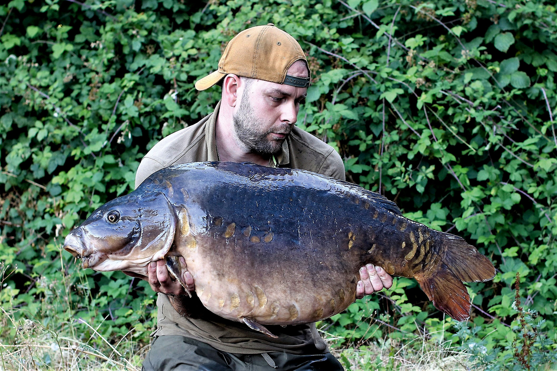Simon's first big mirror from the lake, the Lucky Sutton at over 44lb
