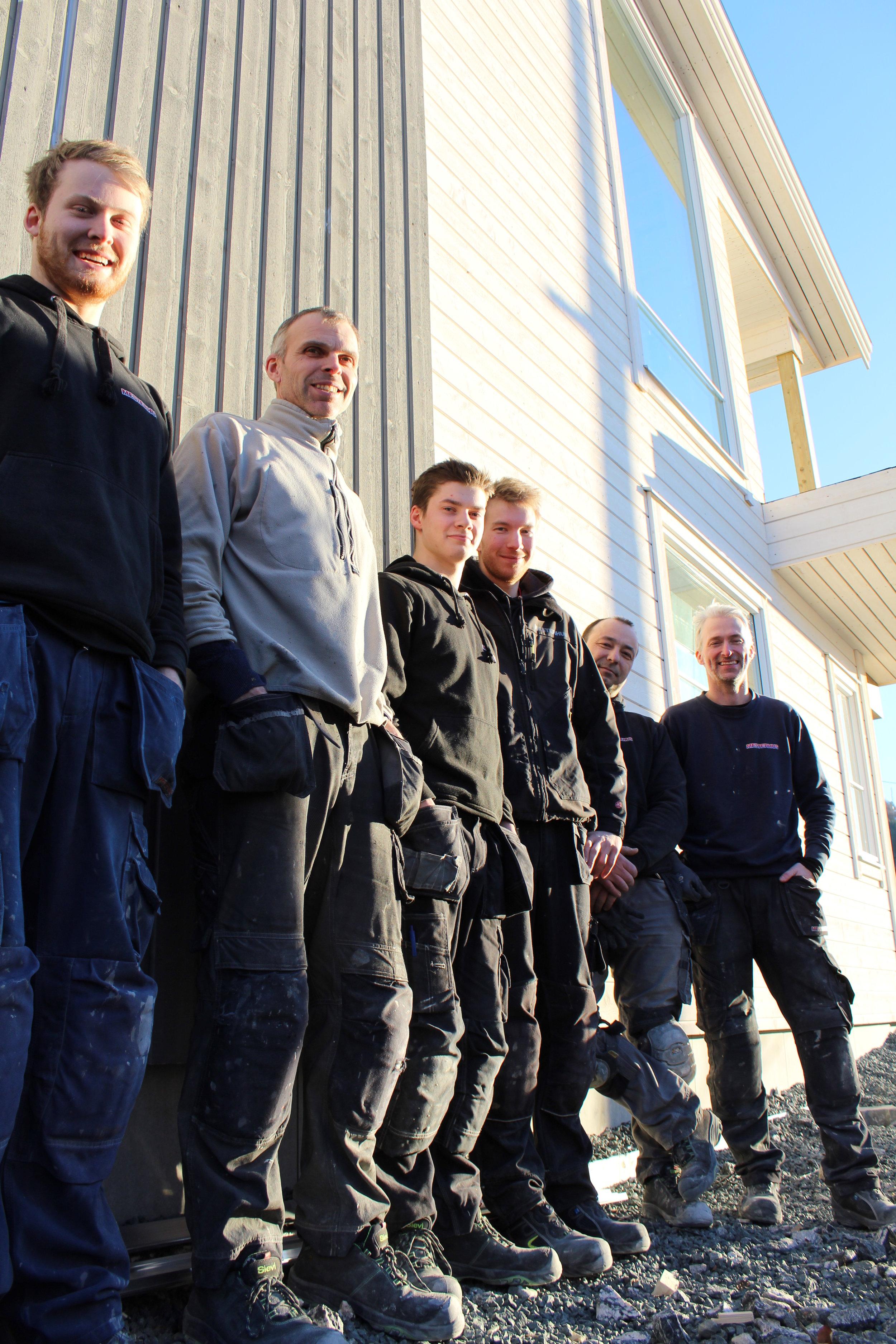 Gjengen frå Tømrer Service AS (Jørgen Vikestrand, Henning Helle, Magnus Hamre, Ørjan Moen, Vaidotas Baliunas og Børre Heltne)