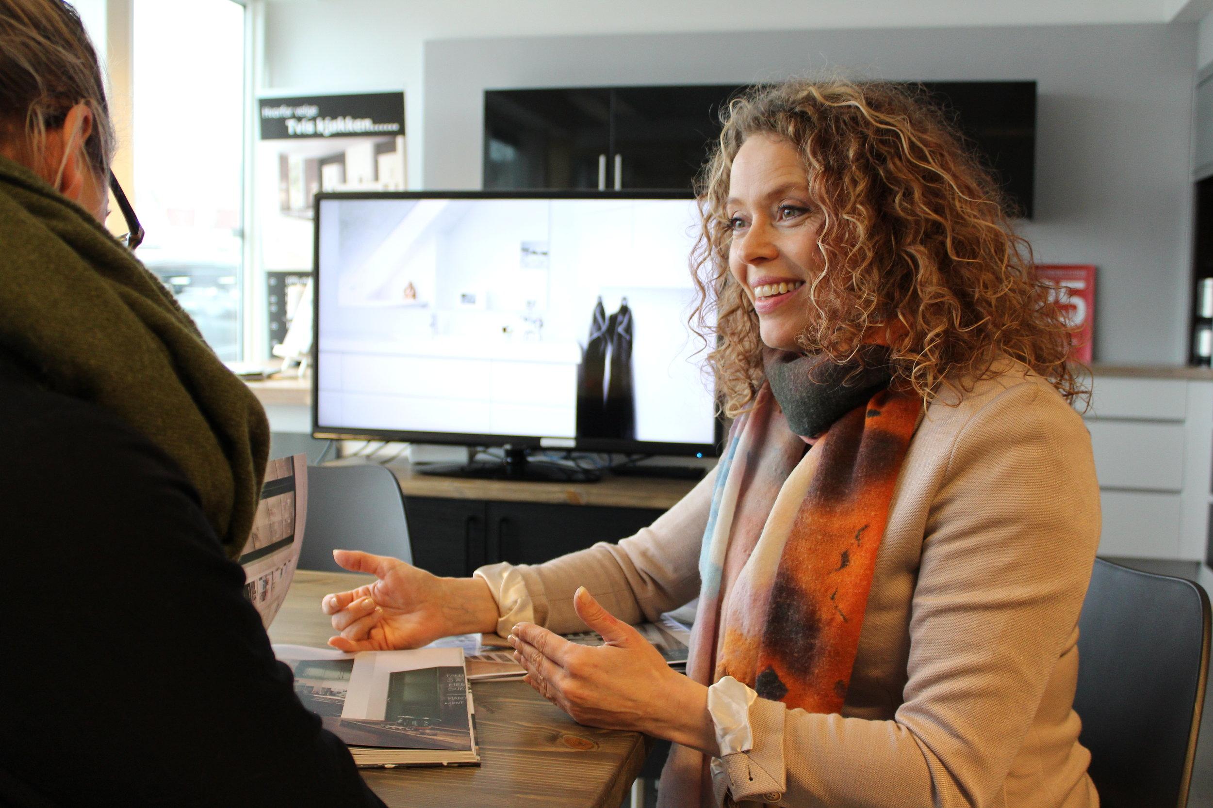 Lise Sande i kundemøte. Ho er ein av dei tre kjøkkenkonsulentane i Hygge Design AS
