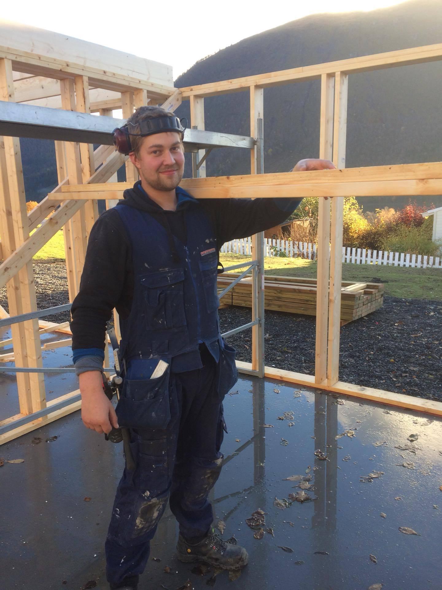 Tømrar Jørn Ole Viddal i aksjon på ein byggjeplass med materiale frå Fåvang Sag AS
